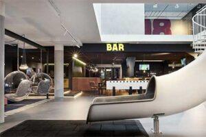Glijbaan in lobby/bar HUP Hotel Mierlo met familiekamers