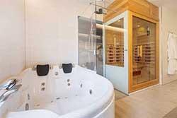 Familieweekend bij Center Parcs Zandvoort - Badkamer 10-persons VIP Cottage