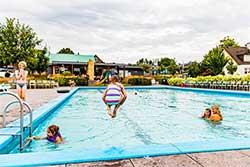 Buitenzwembad Topparken Résidence Limburg - Vakantiepark met buBuitenbad Topparken Résidence Limburg - Vakantiepark met buitenzwembaditenzwembad