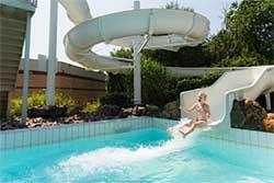 Buitenzwembad met glijbaan - Vakantiepark De Leistert - Vakantiepark met buitenzwembad