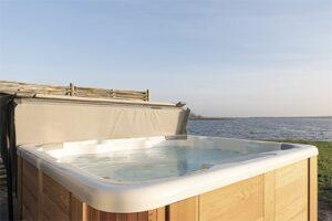 Huisje met whirlpool op kleinschalig vakantiepark aan het Lauwersmeer - Dutchen Baayvilla's