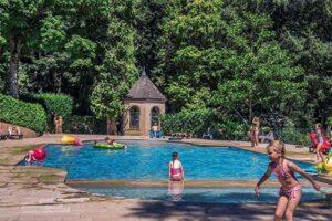 Zwembad Kasteelcamping Frankrijk - Château de Mountrouant